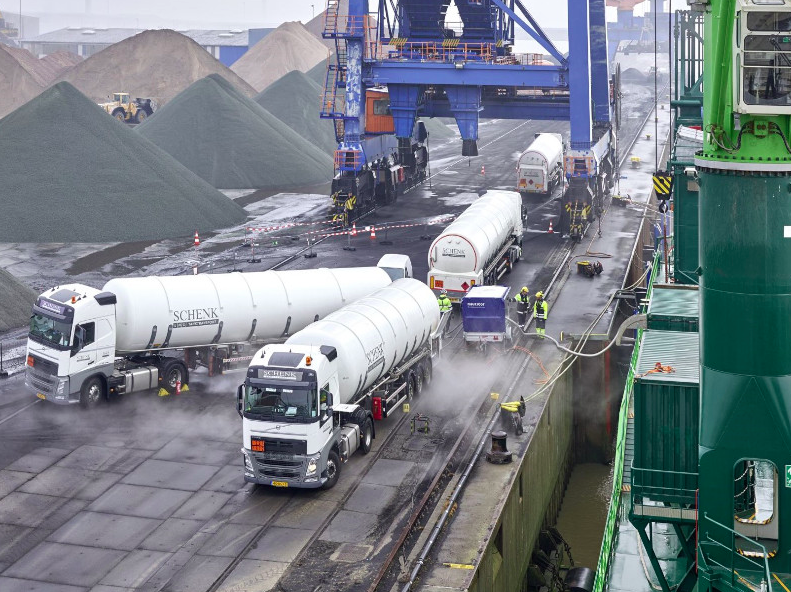 LNG Truck to Ship Brunsbuttel